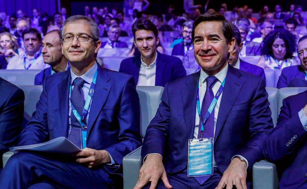 Foto: El gobernador del Banco de España, Pablo Fernández de Cos (i) junto al presidente de BBVA, Carlos Torres (d), durante el EduFin Summit. (EFE)