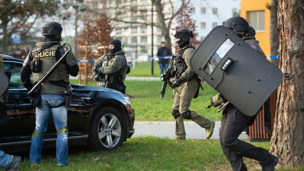 Foto: Agentes de policía en las afueras del hospital donde ha ocurrido el tiroteo. (EFE)