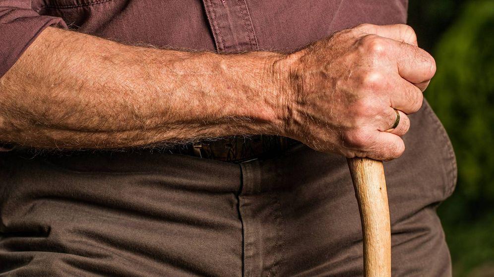 Foto: Un anciano sostiene una vara. (Pîxabay)