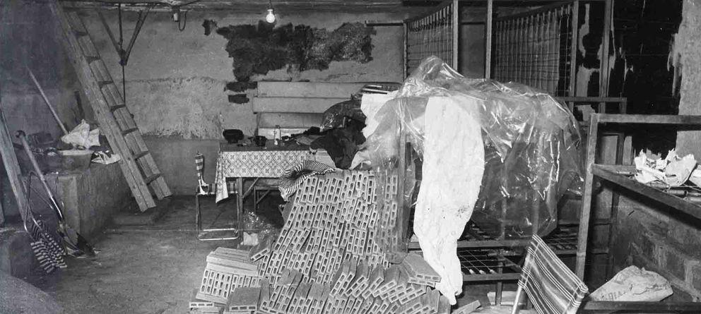 Foto: Zulo donde se escondieron los terroristas de ETA tras el atentado. Apiladas, las literas donde durmieron.