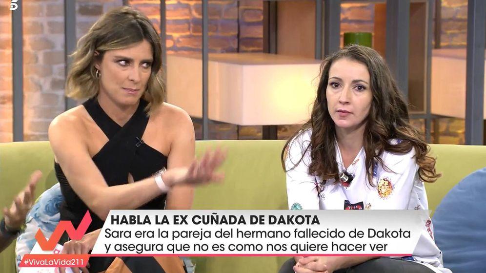 Foto: Sandra Barneda con Sara, excuñada de Dakota, en 'Viva la vida'. (Telecinco)