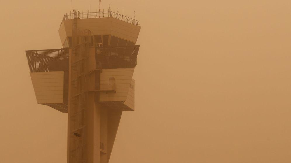Foto: La densa calima dificulta la visibilidad desde la torre de control del aeropuerto grancanario. (EFE)