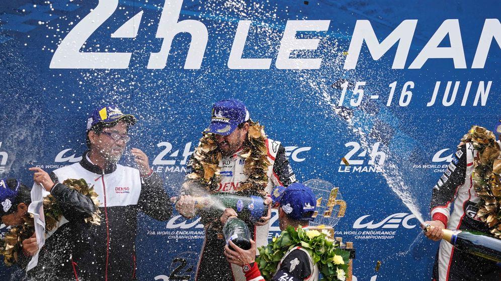 Foto: Fernando Alonso celebra su segundo triunfo en Le Mans y el primero en la general del WEC. (EFE)