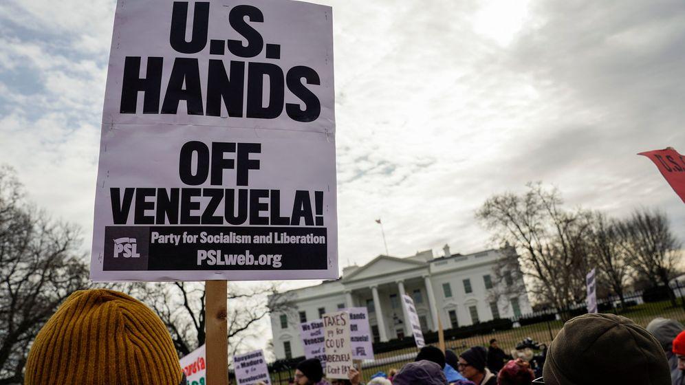 Foto: Activistas antiguerra y por los derechos civiles protestan frente a la Casa Blanca contra la injerencia estadounidense en Venezuela, el 26 de enero de 2019. (Reuters)