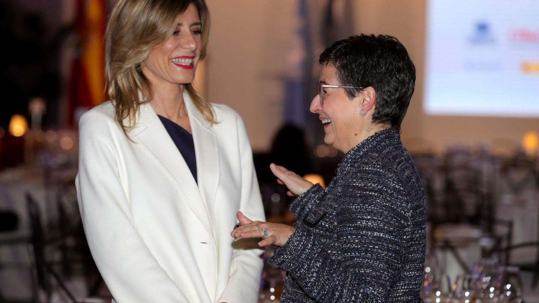 Divertida junto a la ministra de Exteriores. (EFE)