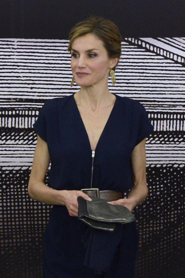 Foto: La Reina, durante la inauguración de la exposición (Gtres)