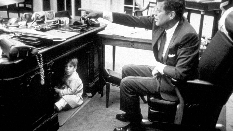 El pequeño John jugando en el despacho de su padre en la Casa Blanca. (Getty)
