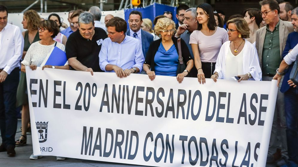 Foto: Concentración en el Ayuntamiento de Madrid por Miguel Ángel Blanco. (EFE)