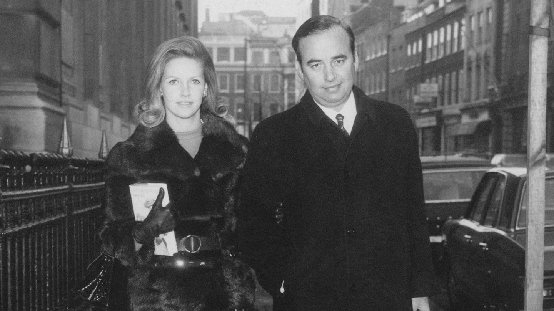 Rupert y Anna Murdoch, en 1969. (Getty)