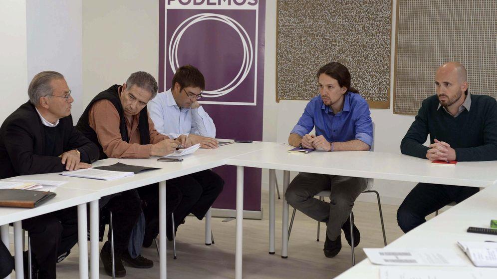 Foto: Encuentro entre el secretario general de Podemos, Pablo Iglesias, y el responsable de Economía, Nacho Álvarez, con representantes de Economistas Frente a la Crisis. (EFE)