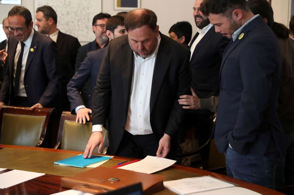 Foto: Oriol Junqueras presenta sus credenciales como diputado el pasado 20 de mayo en el Congreso junto a Gabriel Rufián. (EFE)