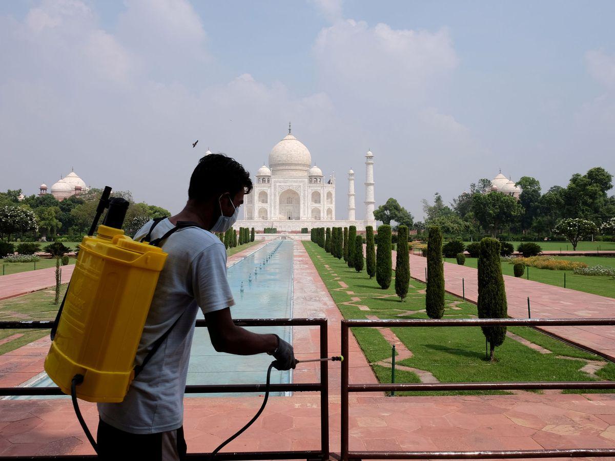 Foto: Foto de archivo de las labores de desinfección en el Taj Mahal. (Reuters)