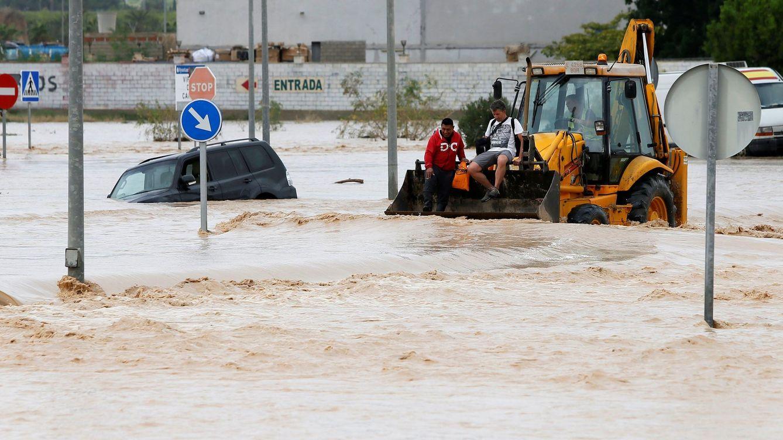 Foto: Dos personas son rescatadas con una pala mecánica en Orihuela, Alicante. (EFE)