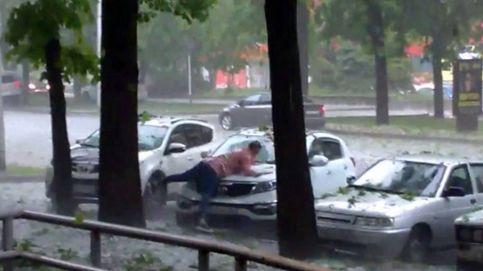 La insólita idea de esta mujer para proteger su coche del granizo: tumbarse sobre el capó y mover los brazos