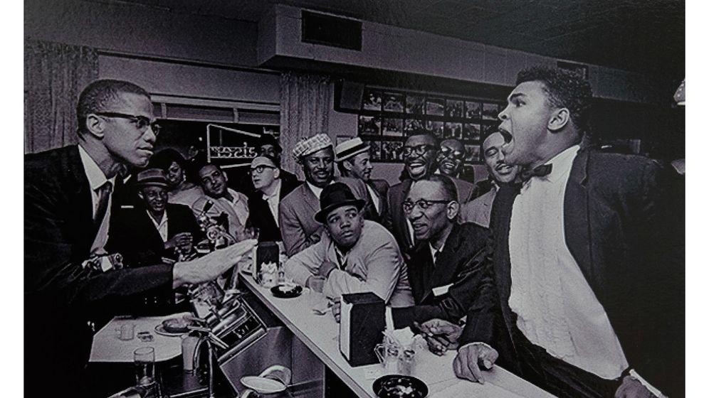 Foto: El boxeador Mohamed Ali (d) y el líder de la Nación del Islam, Malcom X (i), en el bar del motel y club de jazz Hampton House (EFE)