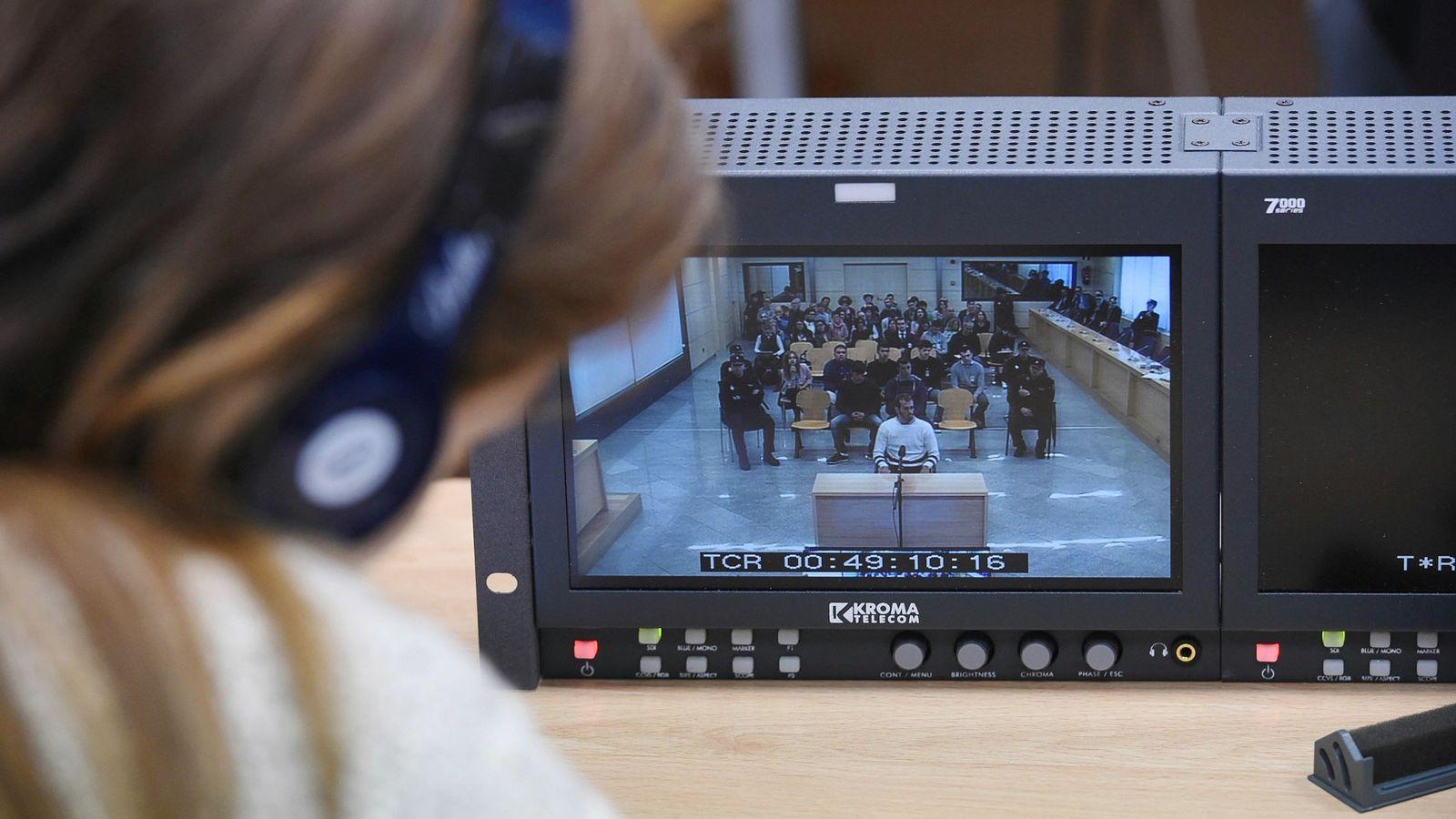 Foto: Una periodista sigue a través de un monitor el desarrollo del juicio por la agresión de Alsasua. (EFE)