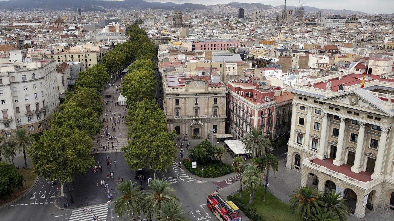 Vista desde el Monumento de Colón de las Ramblas de Barcelona. (EFE)
