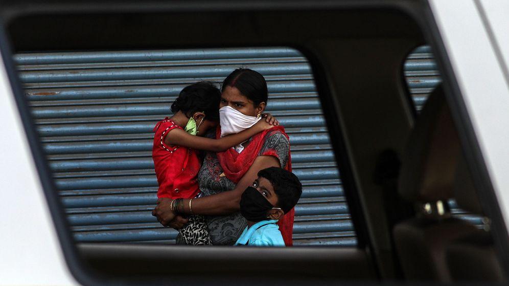 Foto: Una madre con sus hijos, en Bombay. (EFE)