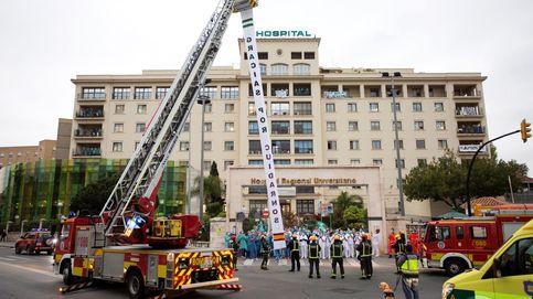 Los bomberos de Madrid animan a sus vecinos desde una grúa