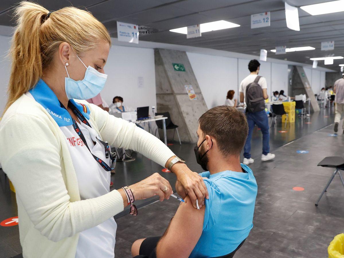 Foto: Punto de vacunación sin cita previa en el Wizink Center. (EFE)