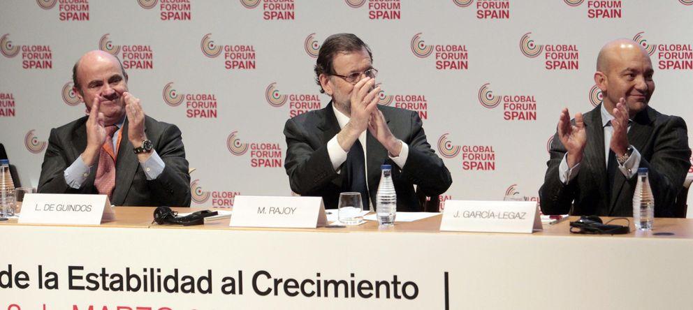 Foto: El presidente del Gobierno, Mariano Rajoy (c) , el ministro de Economía, Luis de Guindos (i) y el secretario de Estado de Comercio, Jaime García-Legaz. (Efe)