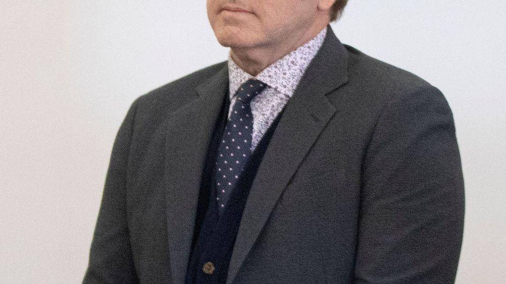 Kevin Spacey, pendiente del teléfono en el juicio que llega tarde