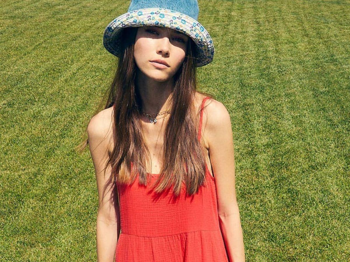 Foto: El vestid rojo de Stradivarius para triunfar en verano. (Cortesía)