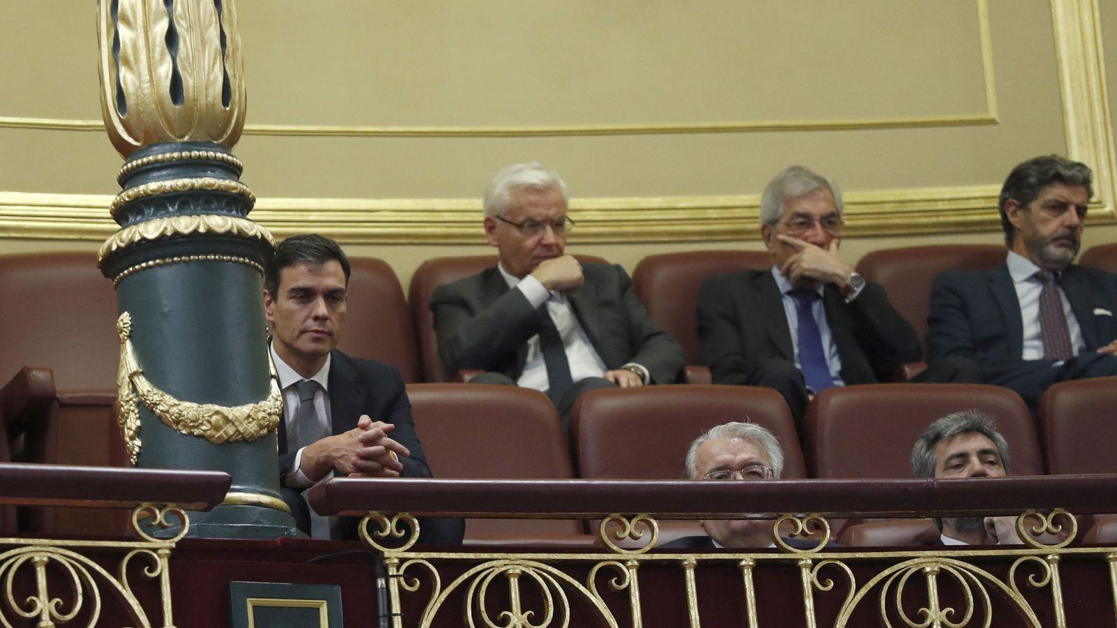 Foto: El secretario general del PSOE, Pedro Sánchez (i), en la tribuna de invitados del Congreso de los Diputados. (EFE)
