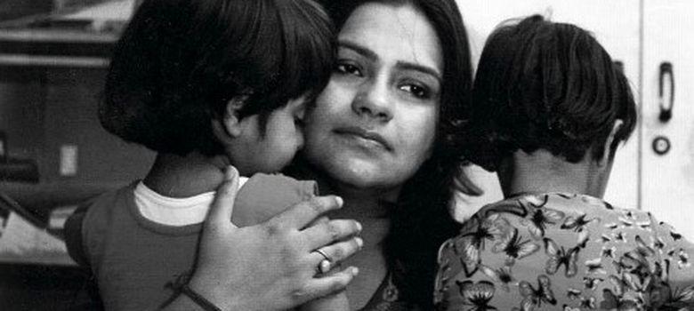 Foto: Mitu Khurana, torturada por su marido para que abortase, con sus dos hijas, de 8 años.