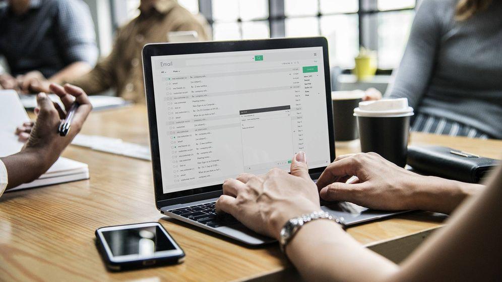 Foto: Una mujer trabaja con un ordenador en su oficina. (Pixabay)