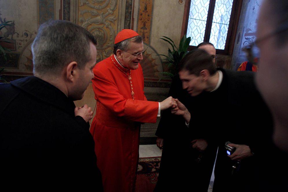 Foto: El cardenal Raymond Leo Burke recibe a invitados en El Vaticano, en noviembre de 2010 (Reuters).