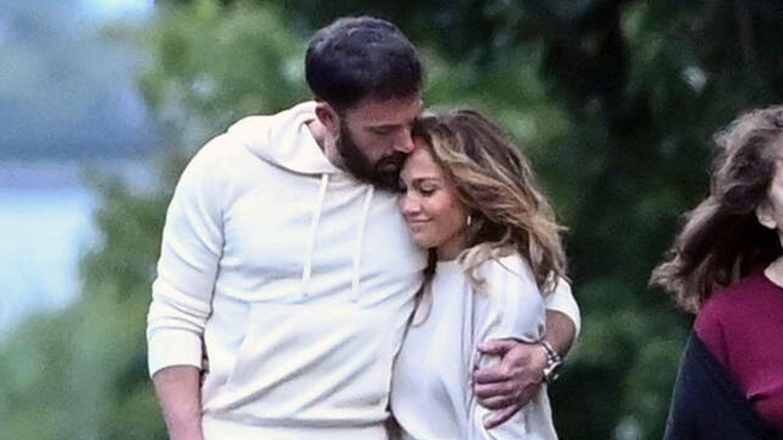 Jennifer Lopez y Ben Affleck, durante un paseo por los Hamptons de Nueva York. (Gtres)