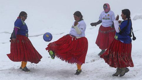 Las cholitas bolivianas juegan a fútbol
