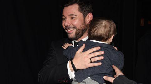 Miguel Poveda posa con su hijo por primera vez en un emotivo homenaje en Badalona