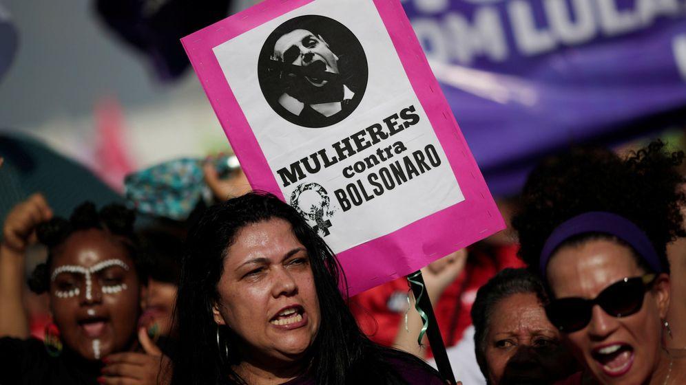 Foto: Una mujer enarbola una pancarta contra Bolsonaro durante las protestas en Brasilia, el 29 de septiembre de 2018. (Reuters)