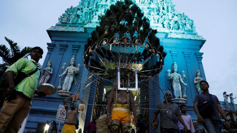 Un grupo de fieles sale de un templo hindú durante la festividad de Thaipusam en Singapur, el 9 de febrero de 2017. (Reuters)