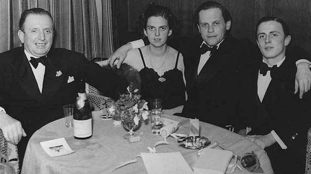 Foto: De izqda. a dcha., Heinrich Thyssen (primer barón y padre del coleccionista), su hija Margit, su marido, Ivan von Batthyány, y Hans Thyssen-Bornemisza, en el hotel Palace de Davos durante la II Guerra Mundial.
