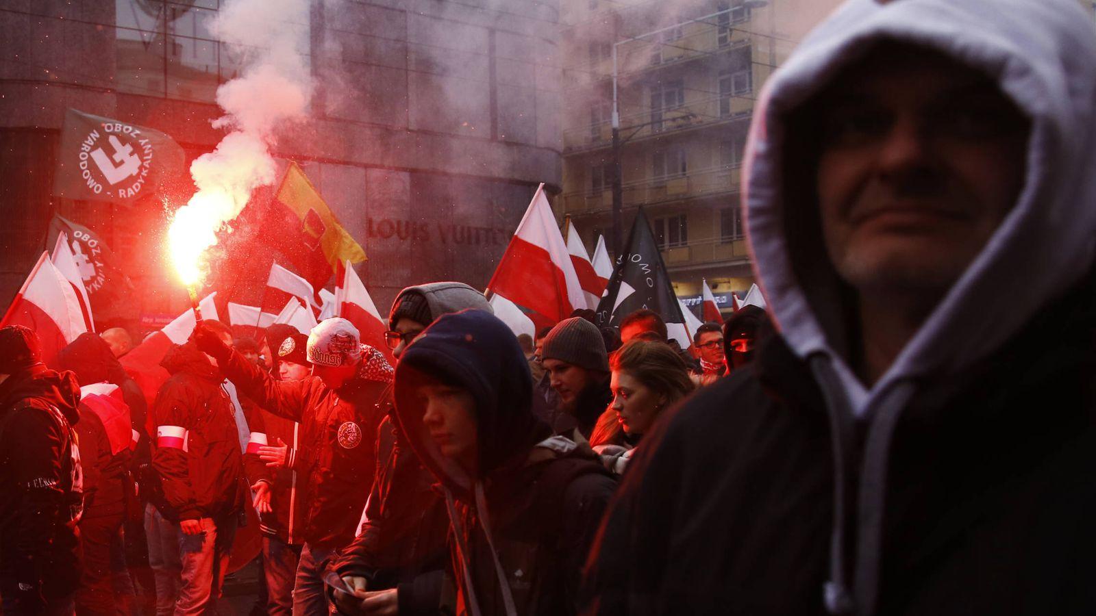 Foto: Manifestantes de grupos de ultraderecha durante una marcha para conmemorar la independencia de Polonia, en Varsovia. (Reuters)