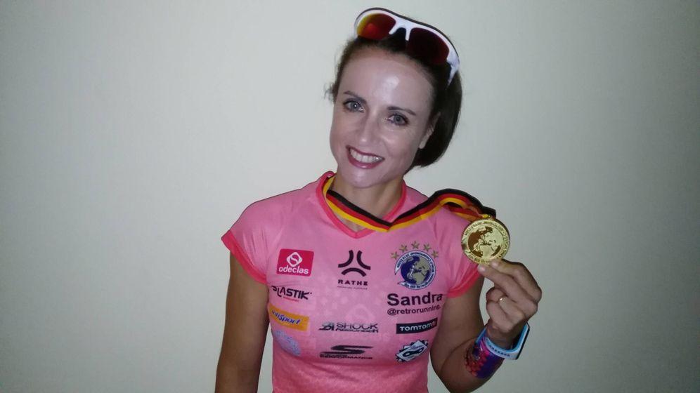 Foto: Sandra Corcuera posa con la medalla de oro ganada en el Mundial de 'retrorunning'