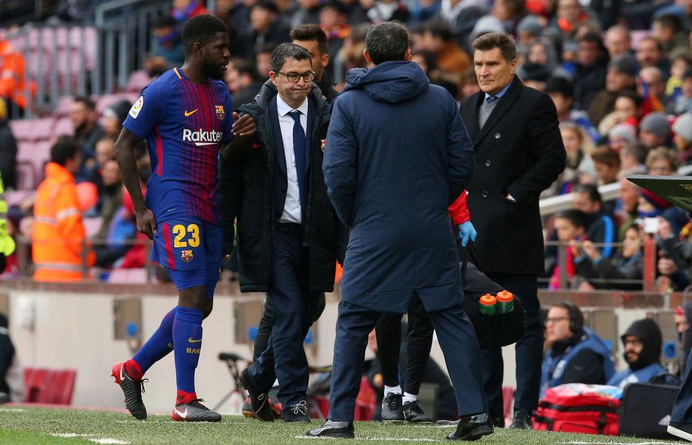 Foto: Umtiti, nada más lesionarse ante el Celta. (Reuters)