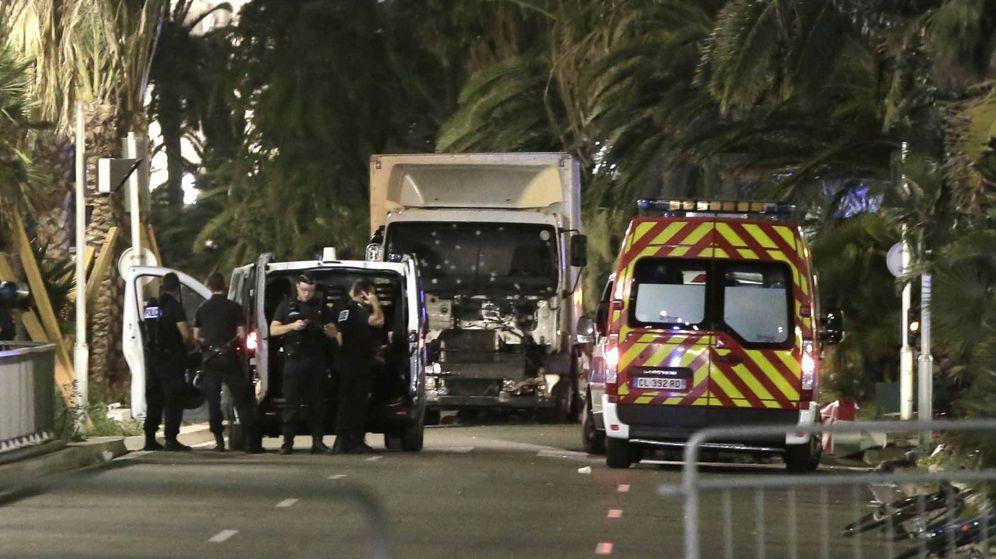 Foto:  En el centro, el camión utilizado por el terrorista para perpetrar el atentado en Niza