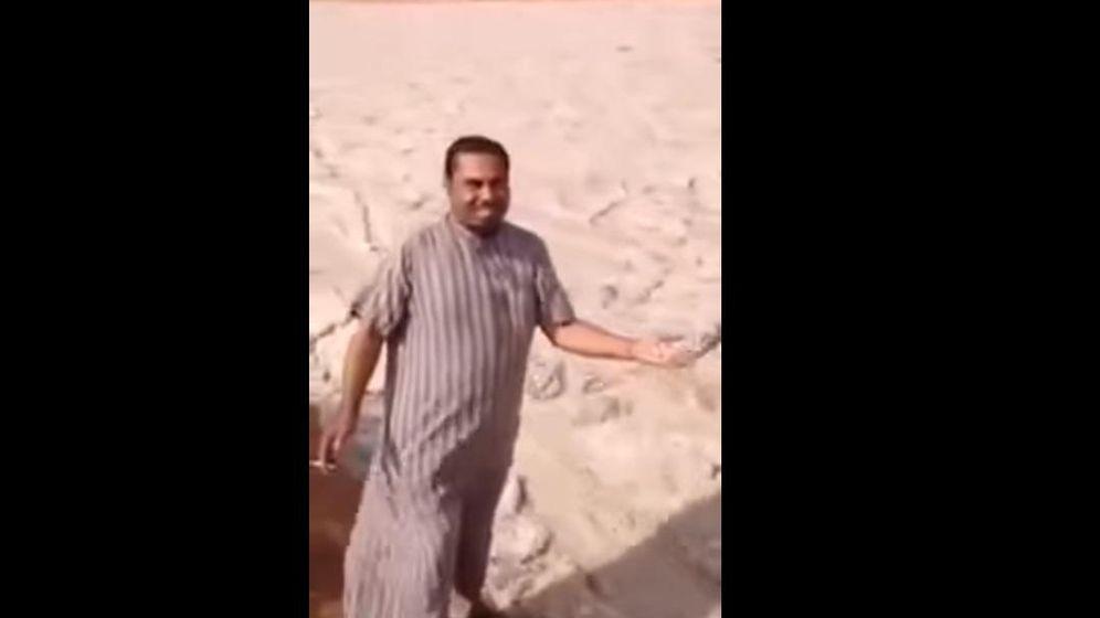 Foto: Un hombre toca la arena que forma este 'río' (captura de YouTube)