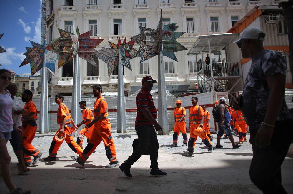 Foto: Trabajadores abandonan un hotel en construcción en La Habana, en julio de 2016. (Reuters)