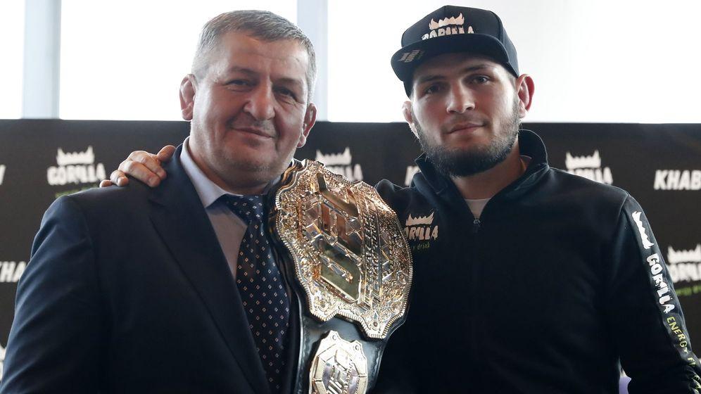 Foto: Khabib, junto a su padre y entrenador durante una conferencia de prensa en Moscú. (EFE)