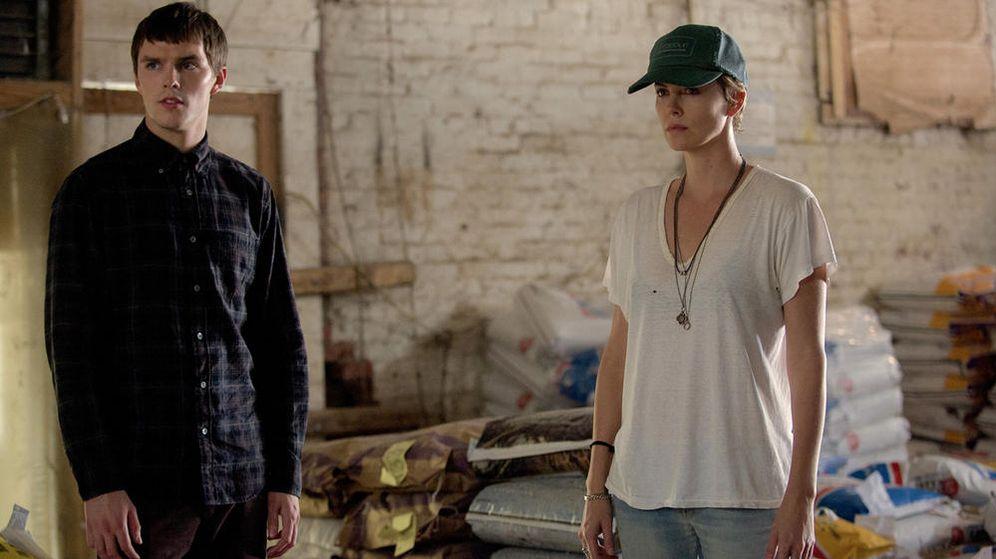 Foto: Nicholas Hoult y Charlize Theron en 'Dark places'