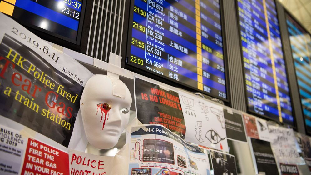 Foto: Carteles contra el gobierno en el aeropuerto de Hong Kong. (Reuters)