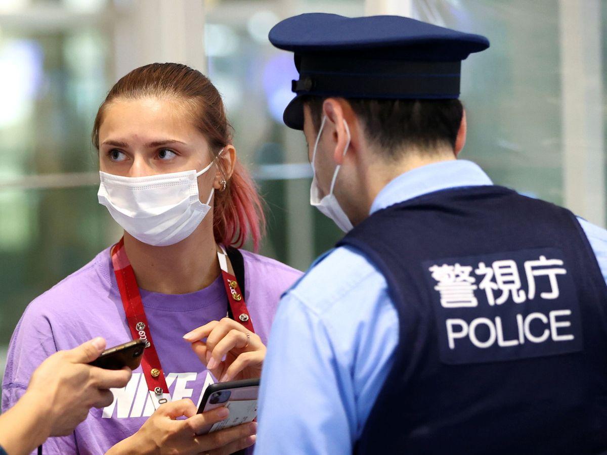 Foto: Krystsina Tsimanouskaya, en el aeropuerto de Haneda. (Reuters)
