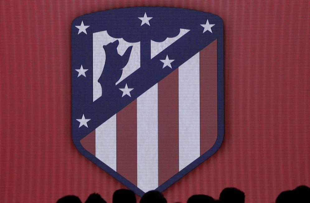 Foto: El nuevo escudo del Atlético de Madrid (Víctor Lerena/EFE).