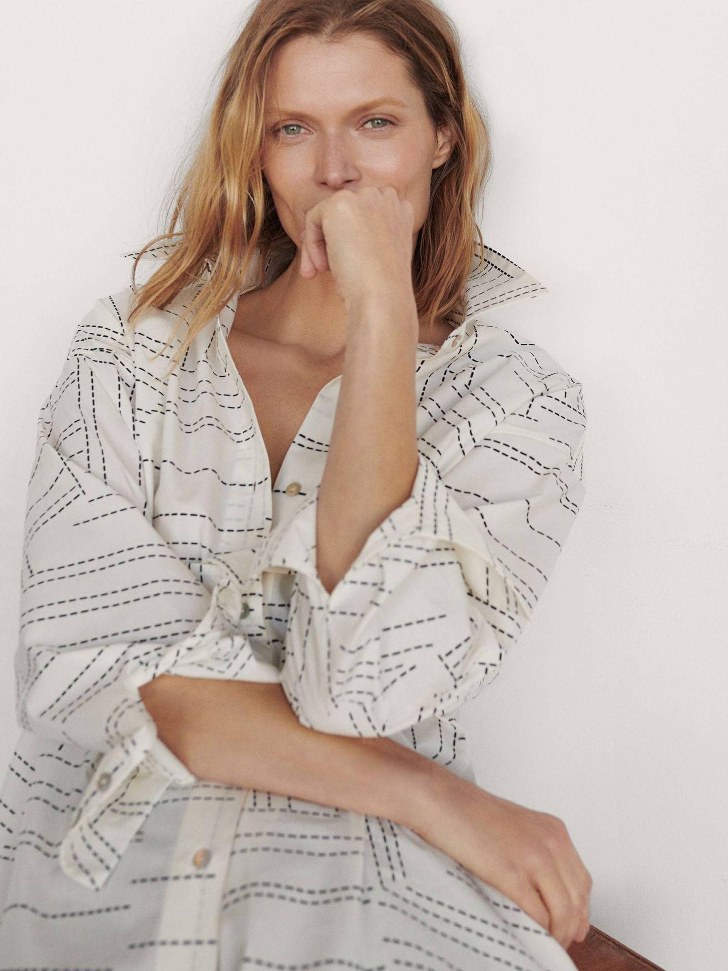 Camisa blanca estampada de Massimo Dutti. (Cortesía)