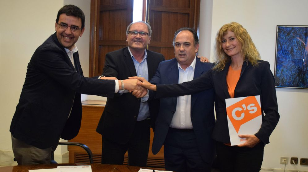 Foto: Imagen de la firma del acuerdo entre PSOE y Ciudadanos en Andalucía.